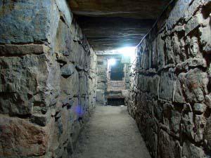 Внутренний коридор в руинах храма Чавин-де-Уантар