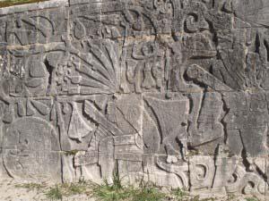 картина, вырезанная на стенах поля для игры в мяч
