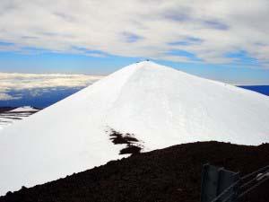 вершины Мауна-Кеа, покрытые снегом